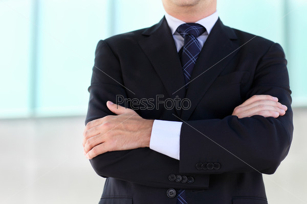 Фотография на тему Сложенные руки бизнесмена в синем костюме