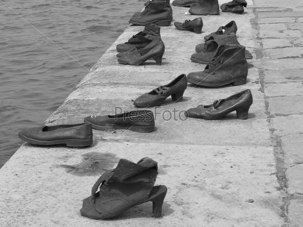 Металлическая обувь на берегу реки в Будапеште