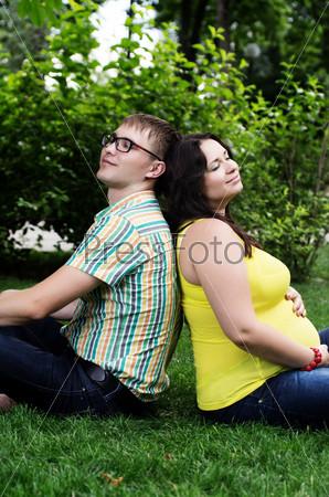 Беременная жена с мужем