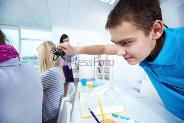 Фотография на тему Мальчик пугает девочку