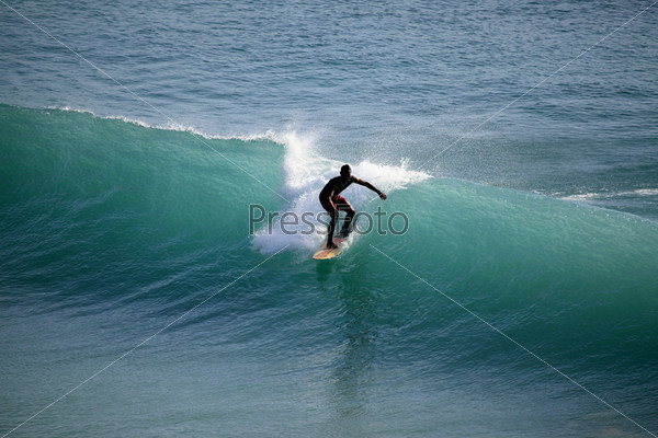 Серфер в океане