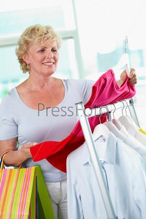Фотография на тему Покупатель с футболкой