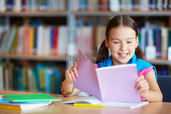 Фотография на тему Чтение в библиотеке