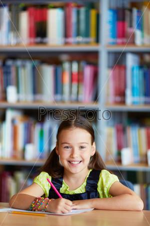 Фотография на тему Девочка рисует