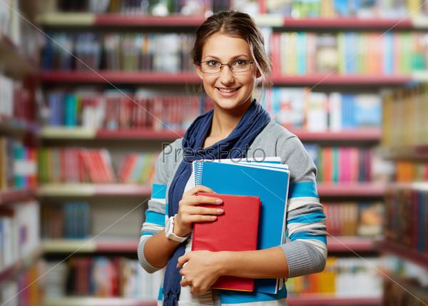 Фотография на тему Студентка в библиотеке