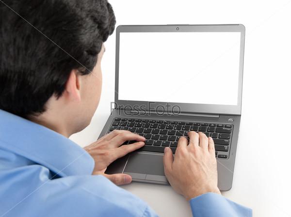 Бизнесмен работает на ноутбуке с пустым экраном