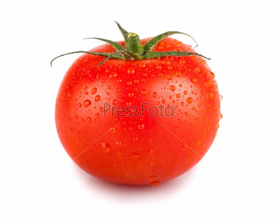Один красный помидор с каплями воды
