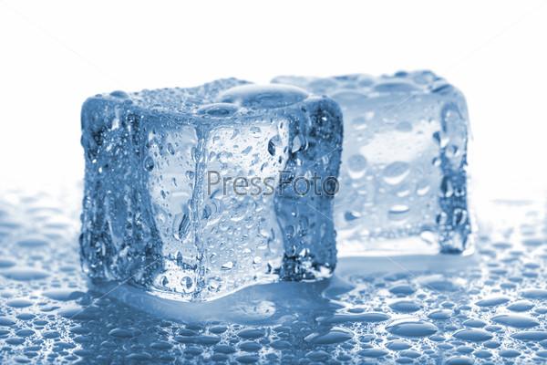 Фотография на тему Пара кубиков растаявшего льда