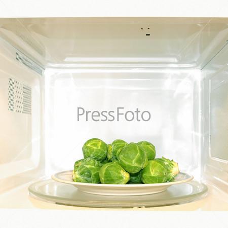 Микроволновая печь с брюссельской капустой