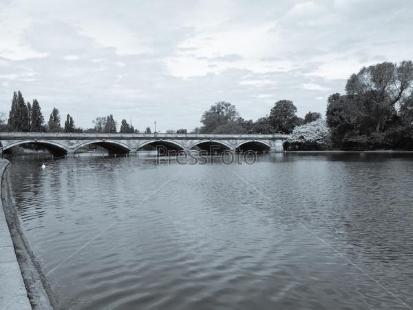 Озеро Серпентин в Гайд-парке, Лондон, Великобритания
