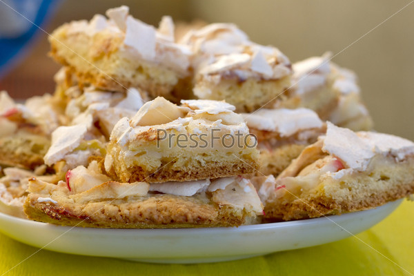 Фотография на тему Нарезанный яблочный пирог в тарелке