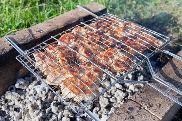 Фотография на тему Вкусное мясо жарится на гриле