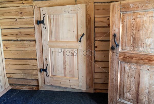 Фотография на тему Деревянные двери в русском доме