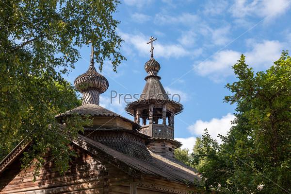 Купола деревянной старой православной церкви в Новгороде, Россия