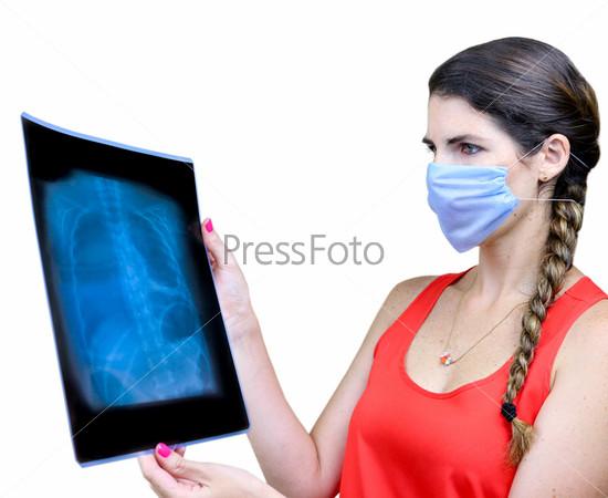 Студентка смотрит на рентгеновский снимок