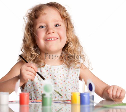 Фотография на тему Девочка рисует красками
