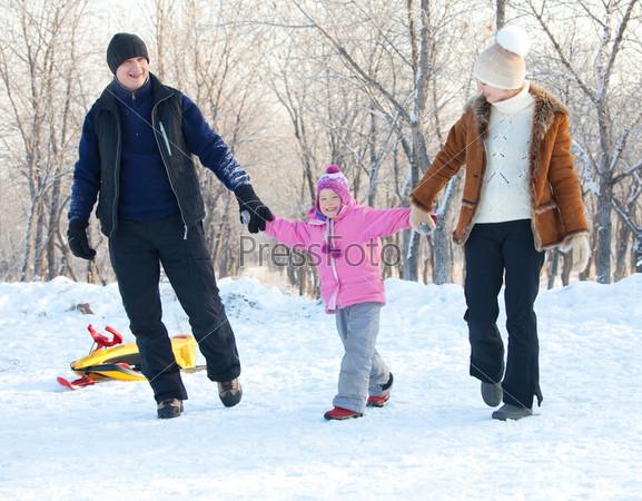 Семья гуляет в зимнем парке