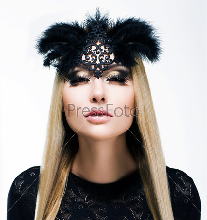 Очарование. Восхитительная блондинка с косичками и черной маской
