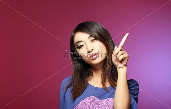 Фотография на тему Концепция продажи. Молодая продавщица указывает пальцем вверх