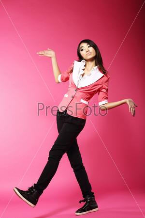 Фотография на тему Азиатская забавная женщина-подросток в розовой студии