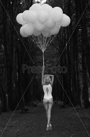 Фотография на тему Меланхолия. Одинокая женщина с воздушными шарами в темном и мрачном лесу