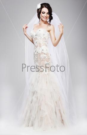 Ожидание. Красивая невеста в белом свадебном платье