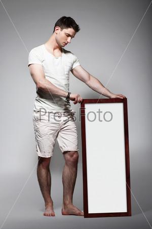 Фотография на тему Босой мужчина с пустым баннером
