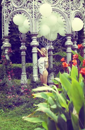Фотография на тему Красивая блондинка с воздушными шарами в саду