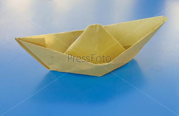 Фотография на тему Бумажный кораблик