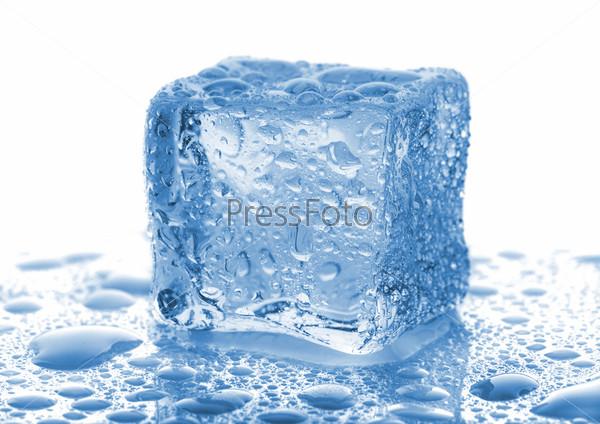 Фотография на тему Кубик льда с каплями воды