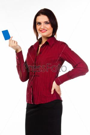 Молодая, красивая и счастливая женщина с банковской картой