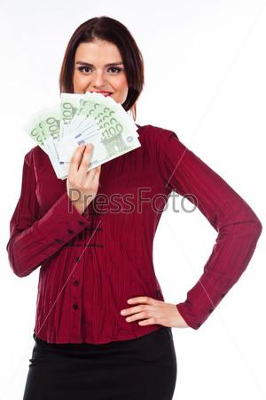 Молодая, красивая и счастливая женщина с пачкой денег