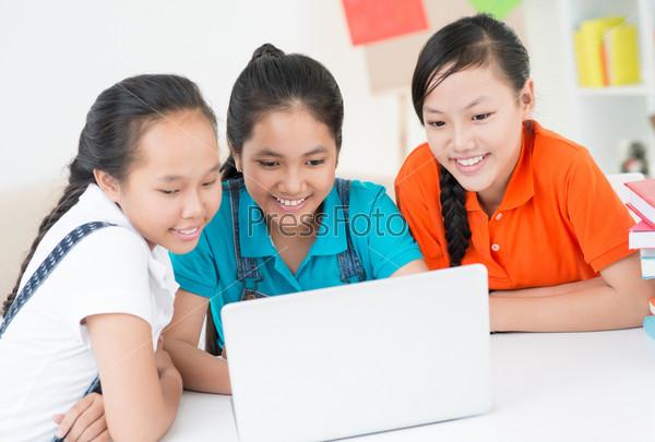 Школьницы перед ноутбуком