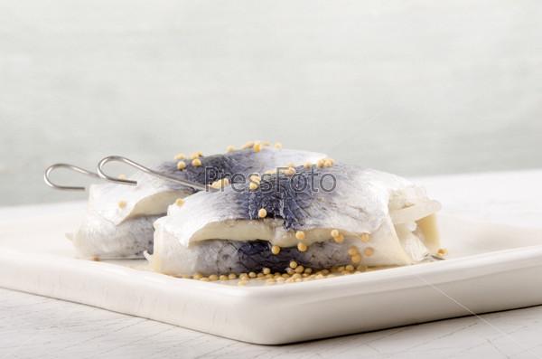 Рольмопс с горчицей на тарелке