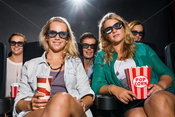 Фотография на тему Друзья смотрят 3D-фильм в кинотеатре