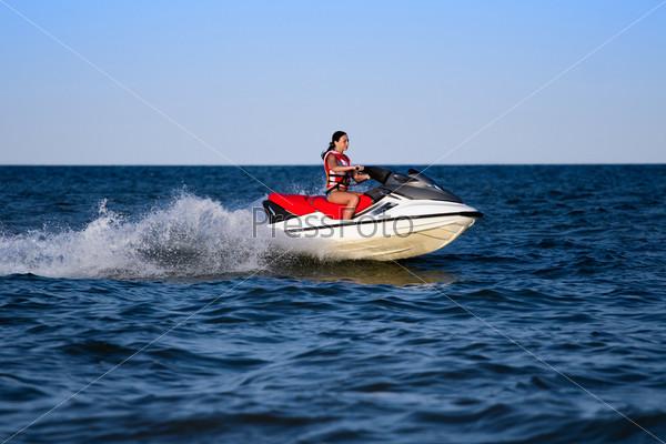 Брюнетка на водном мотоцикле