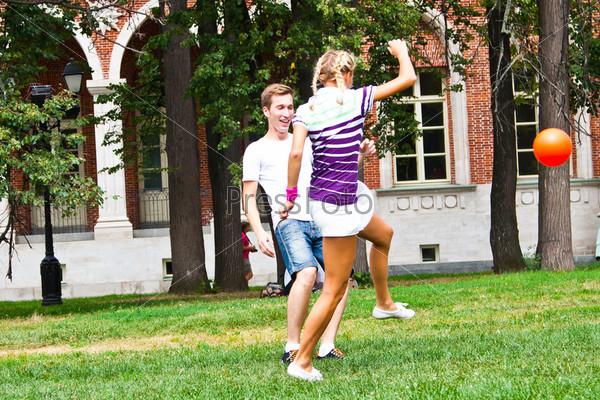 Фотография на тему Мужчина и женщина играют в футбол в парке