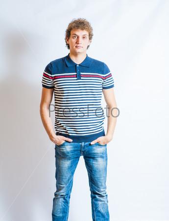 Фотография на тему Молодой светловолосый мужчина в повседневной одежде на сером фоне. Неизолировано