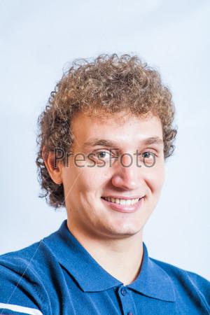 Фотография на тему Портрет счастливого мужчины в студии на сером фоне