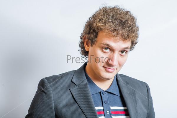Улыбающийся красивый молодой мужчина