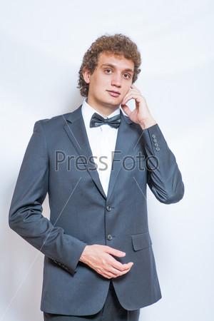 Портрет красивого мужчины в черном костюме