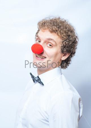 Фотография на тему Смешной бизнесмен с красным клоунским носом. Концепция нестандартного подхода