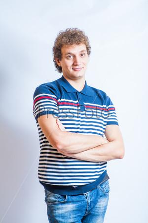 Фотография на тему Мужчина в рубашке поло на сером фоне