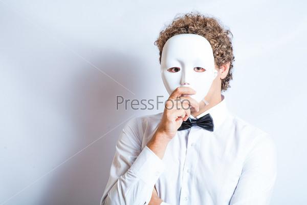 Мужчина с маской мима и черным галстуком-бабочкой