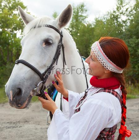 Фотография на тему Девушка гладит лошадь