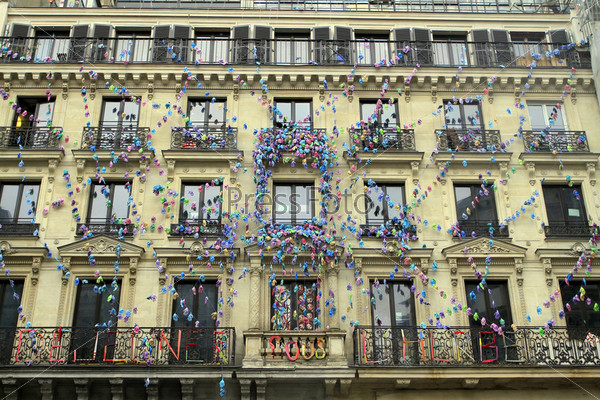 Дом, украшенный резиновыми перчатками, на улице Риволи в Париже, Франция