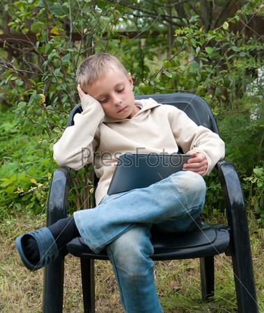 Фотография на тему Ребенок с планшетом