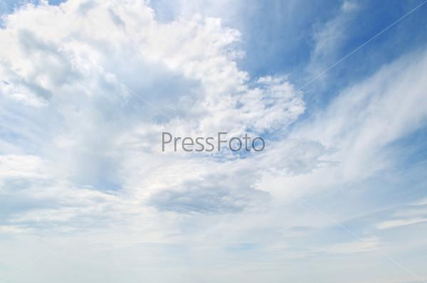 Пушистые облака в синем небе