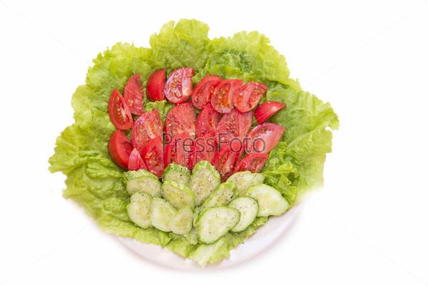 Фотография на тему Огурцы и помидоры с солью и перцем на листе салата