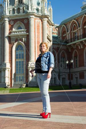 Фотография на тему Женщина в синей куртке гуляет возле дворца в парке Царицыно. Москва